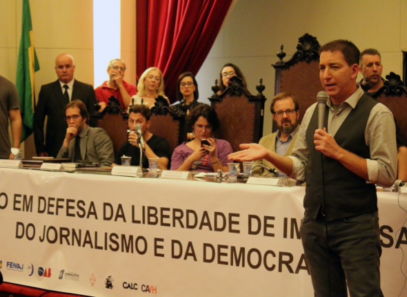 Em ato pela liberdade de imprensa, Greenwald destaca que ameaças fortaleceram determinação em revelar conteúdo das mensagens
