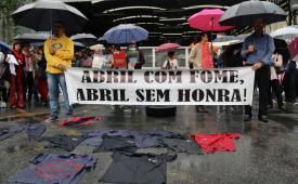 Centenas protestam contra as 800 demissões e calote da Abril