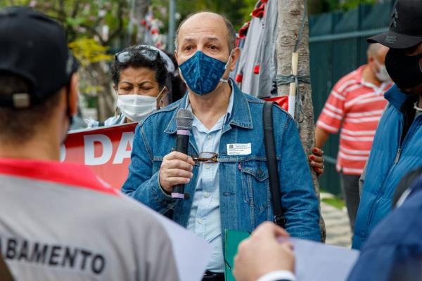 Cláudio Soares, diretor do SJSP e membro da comissão de trabalhadores, dialogou com deputados estaduais na busca pela reversão das demissões / Foto: Eduardo Viné