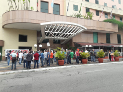 Concentração dos profissionais em frente ao hotel onde ocorre a Assembleia de Credores