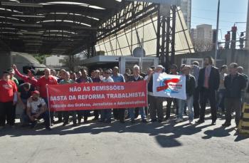 Concentradas em frente à portaria da Abril, as categorias reivindicaram a reintegração dos demitidos. Fotos: Flaviana Serafim/SJSP