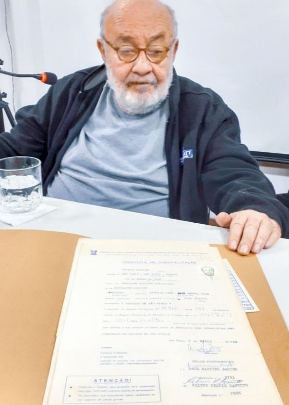 Kotscho relembra seus 50 anos de filiação ao SJSP com ficha de 1969 / Foto: Cadu Bazilevski