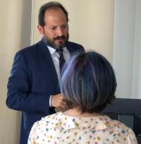 O juiz Paulo Furtado recebendo a carta das mulheres entregue pela jornalista Patrícia Zaidan. Foto: Eliane Contreras