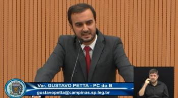 O vereador Gustavo Petta (PCdoB) na tribuna da Câmara de Campinas. Imagem: Reprodução/TV Câmara Campinas