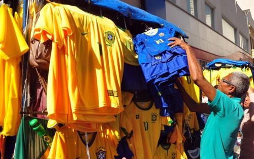 Preços das camisetas da Seleção variam entre R$ 25 a R$ 65, na 25 de Março, em São Paulo, onde a procura pelo uniforme azul é maior que pela tradicional 'amarelinha'. Foto: Lucas Duarte de Souza/RBA