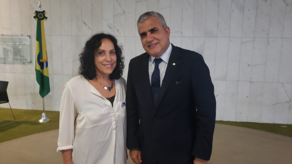 Secretária-geral da Fenaj, Beth Costa, conversou com o relator da Comissão Mista, deputado Christino Áureo, abrindo interlocução