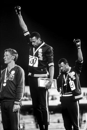 Tommie Smith e John Carlos erguem o punho durante hino nacional dos EUA. Foto: WikiCommons