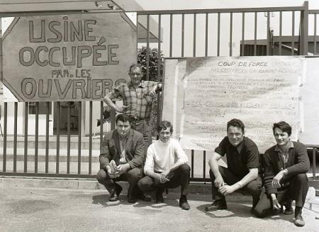 Trabalhadores em fábrica ocupada no Sul da França, no cartaz, uma série de reivindicações. Foto: Wikicommons